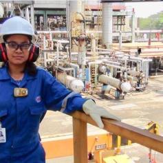 Jennifer trabajando en una planta industrial. Foto Cortesía