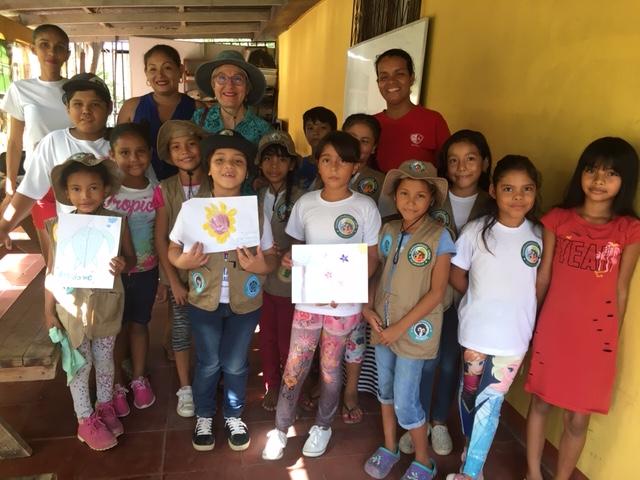 Sonia comparte con niños para incentivarlos en las ciencias.