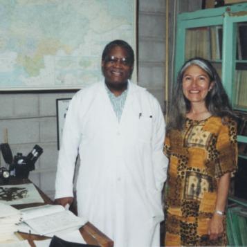 Con el Dr. Nelson, su profesor de biología en la universidad.